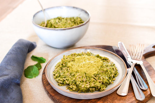 Ingrédients : Orzo , épinards, pois,  céleri , oignon,  ricotta, bouillon de légumes , menthe, huile d'olive, poivre, sel.