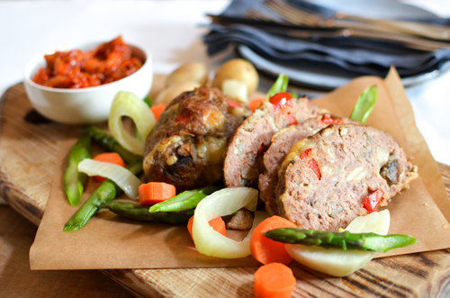 Ingrédients :  Pain de viande (bœuf, porc, persil,  œuf , oignon, champignon,  chapelure ,  cheddar , paprika) ; légumes (fenouil, carottes, pommes de terre, asperges vertes, huile d'olive, sel, poivre) ; sauce tomate (tomate, oignon, huile d'olive, sel, poivre, ail).